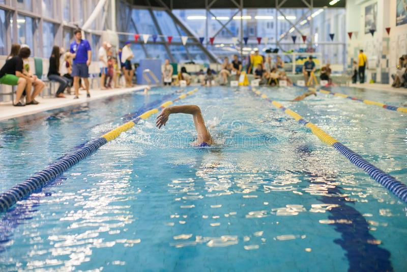 Una piscina de Swimming The Front Crawl In A del nadador foto de archivo