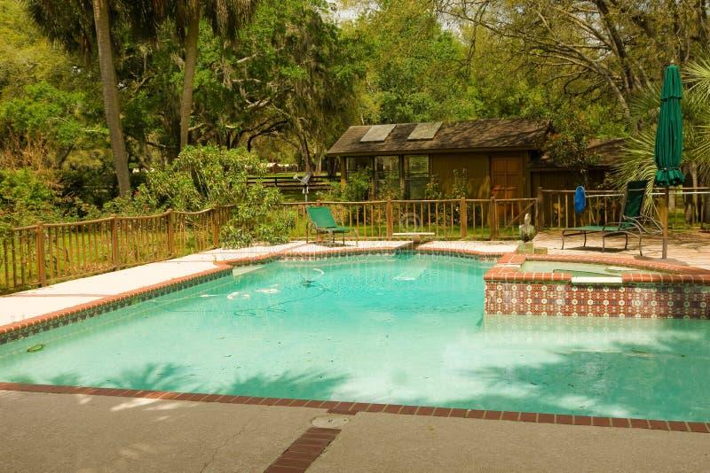 Una piscina del patio trasero en la Florida imágenes de archivo libres de regalías