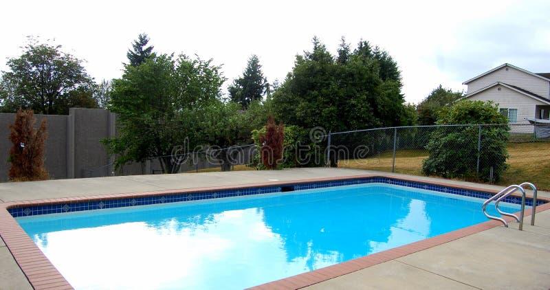 Una piscina della famiglia fotografie stock libere da diritti
