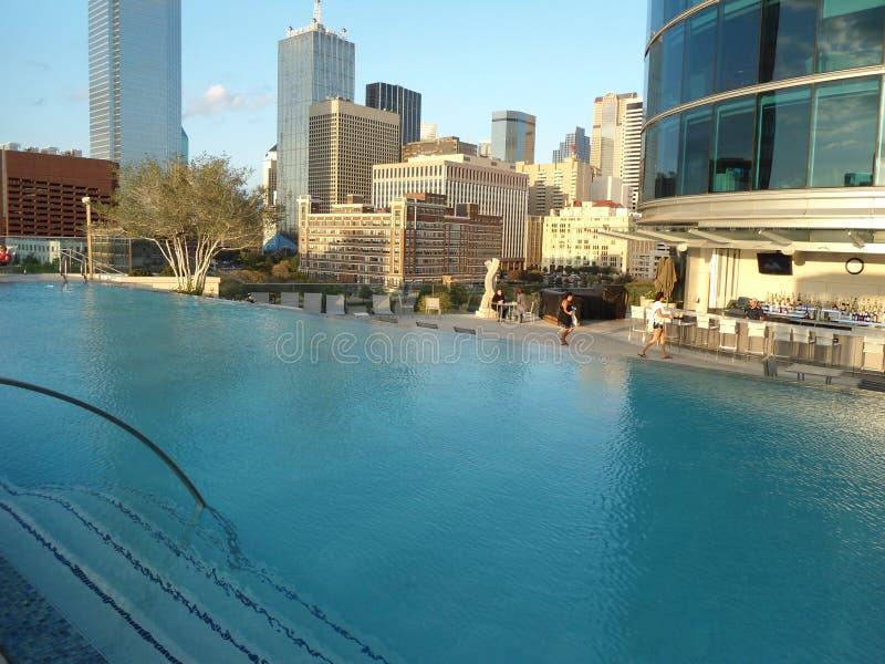 Una piscina en un hotel en Dallas fotografía de archivo libre de regalías