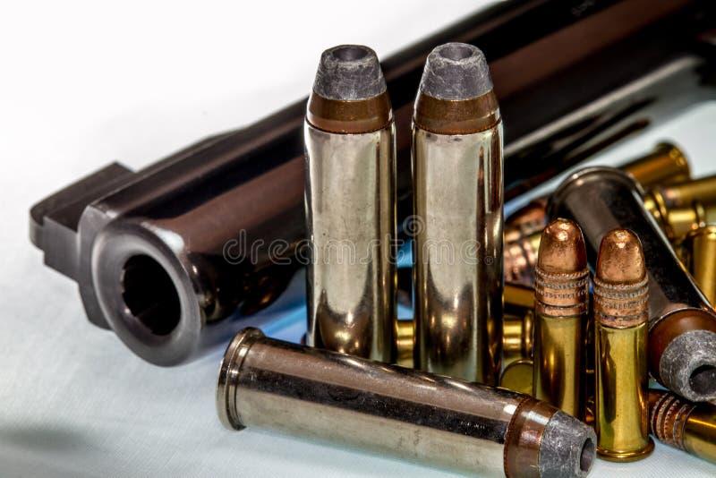 Una pistola o un arma con una variedad de balas fotografía de archivo libre de regalías