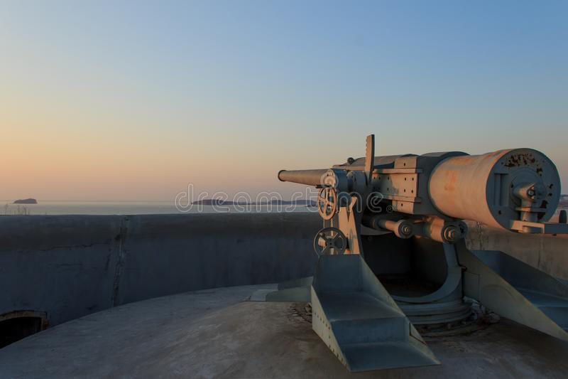 Una pistola puntata sulla batteria Novosiltsevsky dell'isola russa a Vladivostok. fotografie stock
