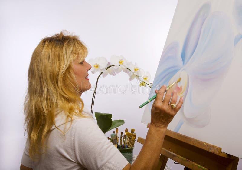 Una pittura femminile dell'artista nel suo studio immagine stock libera da diritti