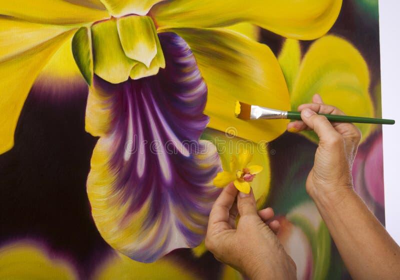 Una pittura femminile dell'artista nel suo studio fotografia stock