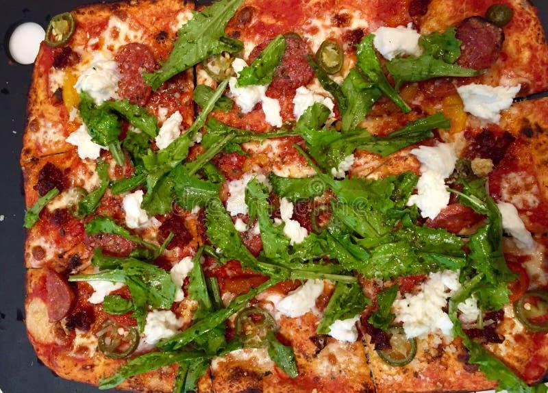 Una pizza con le guarnizioni immagini stock libere da diritti