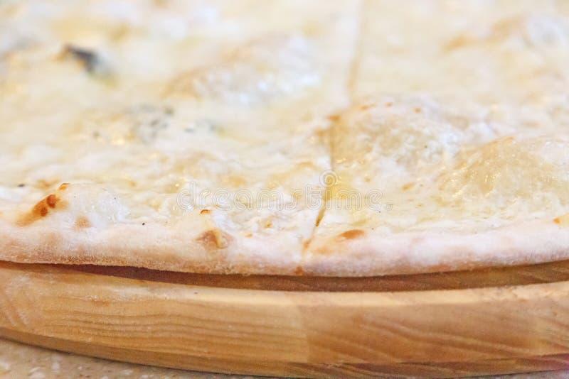 Una pizza di quattro formaggi fotografie stock