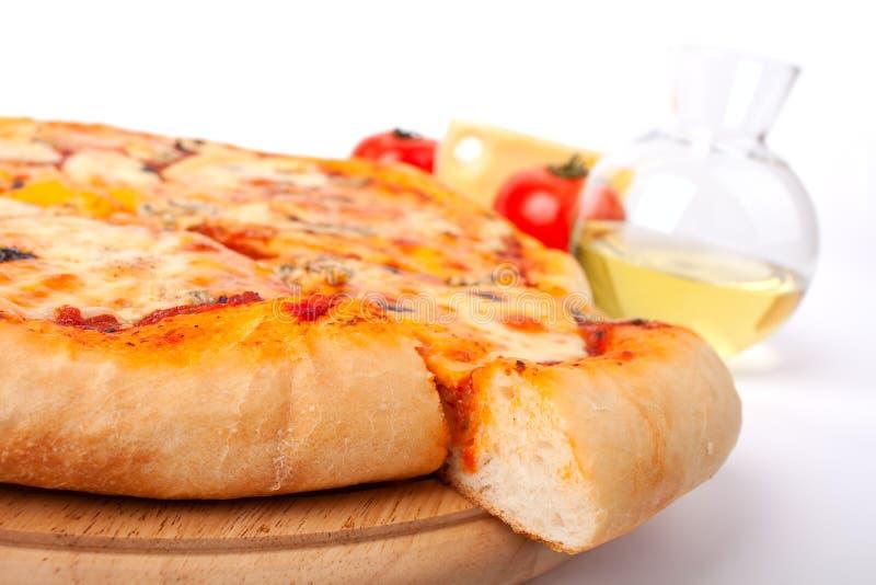 Una pizza di quattro formaggi immagini stock