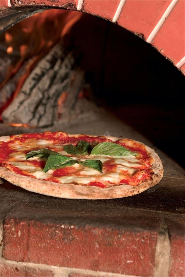 Una pizza fresca da un forno legno infornato del mattone for Costo del mattone da costruire