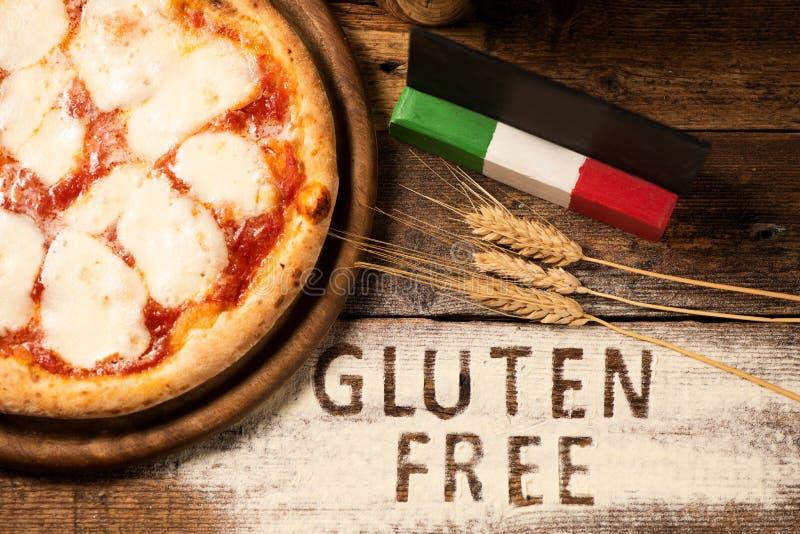 Una pizza libre del gluten en un fondo de madera rústico fotos de archivo libres de regalías