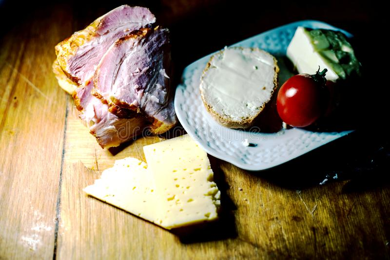 Una placa de la comida y de la carne fotos de archivo