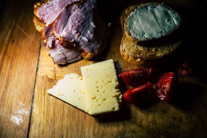 Una placa de la comida y de la carne imagen de archivo libre de regalías