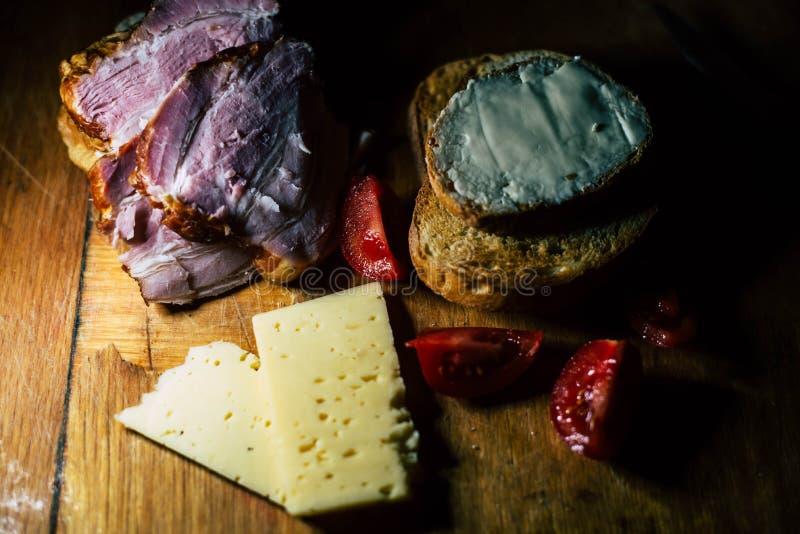 Una placa de la comida y de la carne fotografía de archivo libre de regalías
