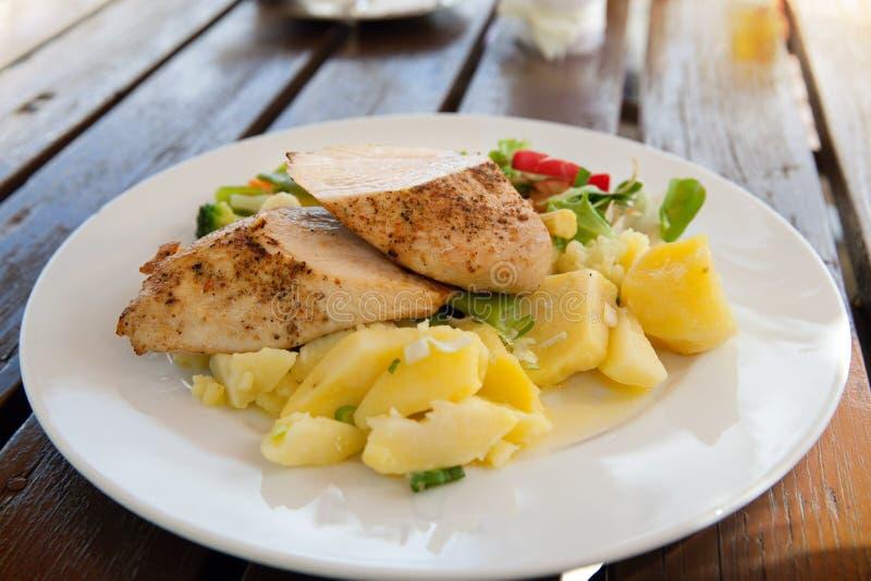 Una placa del pollo guisado con la patata hervida imagen de archivo