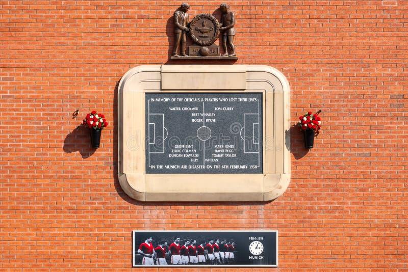 Una placa en Trafford viejo en memoria del desastre aéreo de Munich en 1958 fotos de archivo
