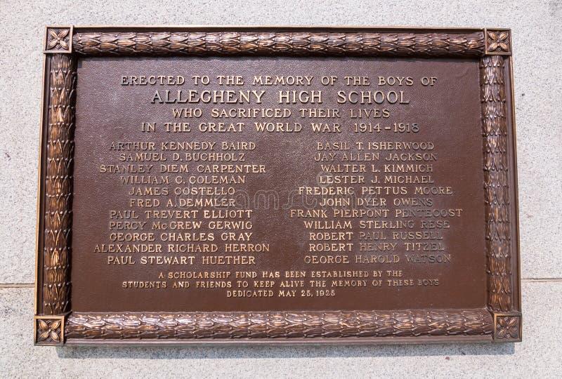 Una placca bronzea sulla parte anteriore della scuola di Allegheny che onora gli studenti dalla scuola che è morto nella guerra m fotografie stock