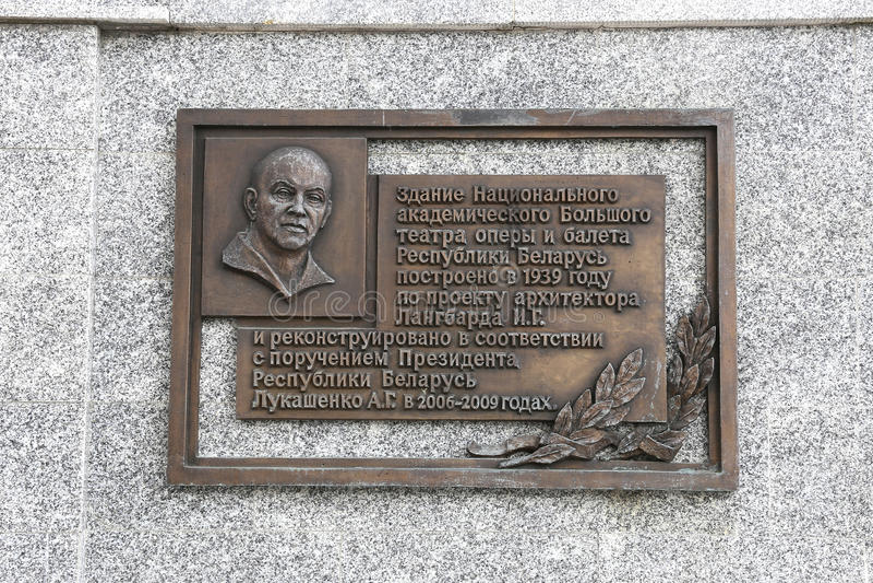 Una placca commemorativa all'architetto Langbard sulla costruzione della N immagini stock