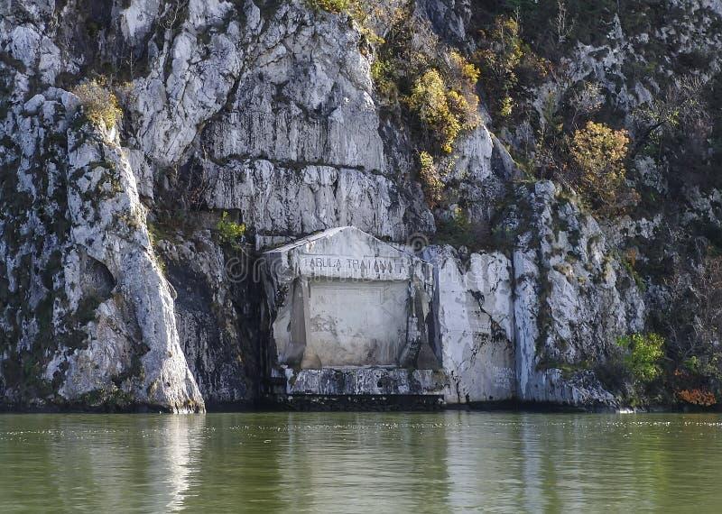 Una placca commemorativa romana sul fiume Danubio in confine della Serbia-Romania fotografia stock libera da diritti