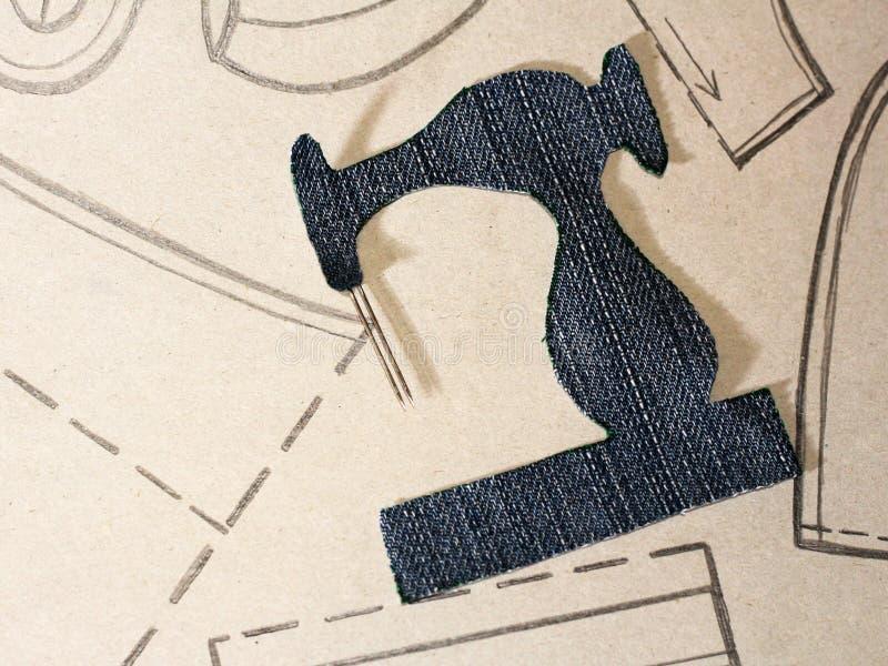 Una plantilla de una máquina de coser de los vaqueros, ropa de dibujo en el papel imagenes de archivo
