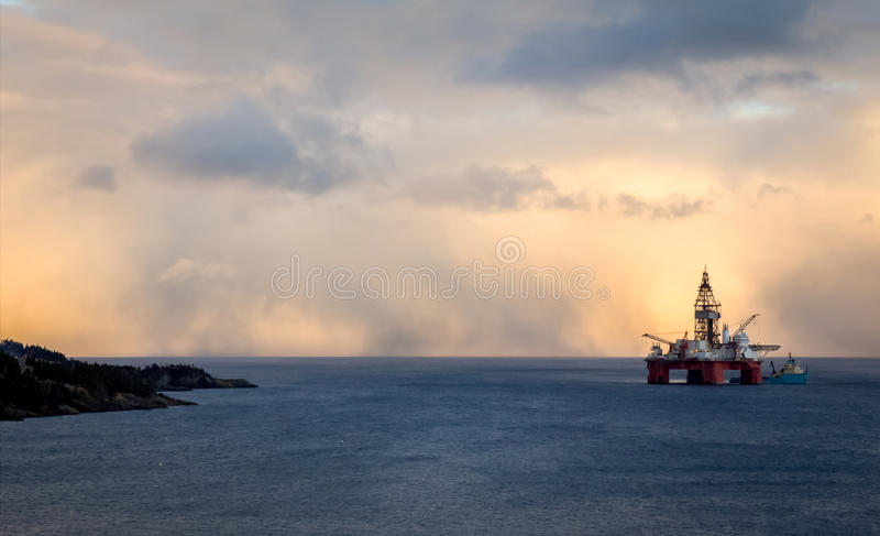 Una plataforma costa afuera de la plataforma petrolera imagen de archivo