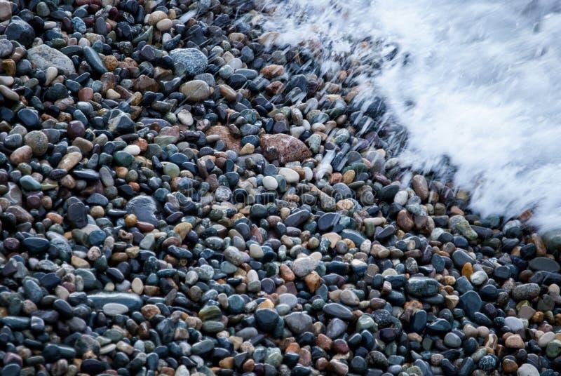Una playa de la tabla o una salida urbana de piedra de la playa que entra en una precipitación excesiva del dren de la tormenta,  imagen de archivo libre de regalías