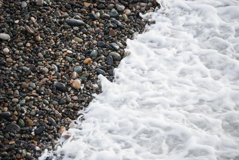 Una playa de la tabla o una salida urbana de piedra de la playa que entra en una precipitación excesiva del dren de la tormenta,  fotografía de archivo libre de regalías