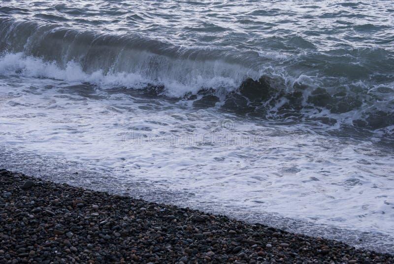 Una playa de la tabla o una salida urbana de piedra de la playa que entra en un dren de la tormenta fotografía de archivo