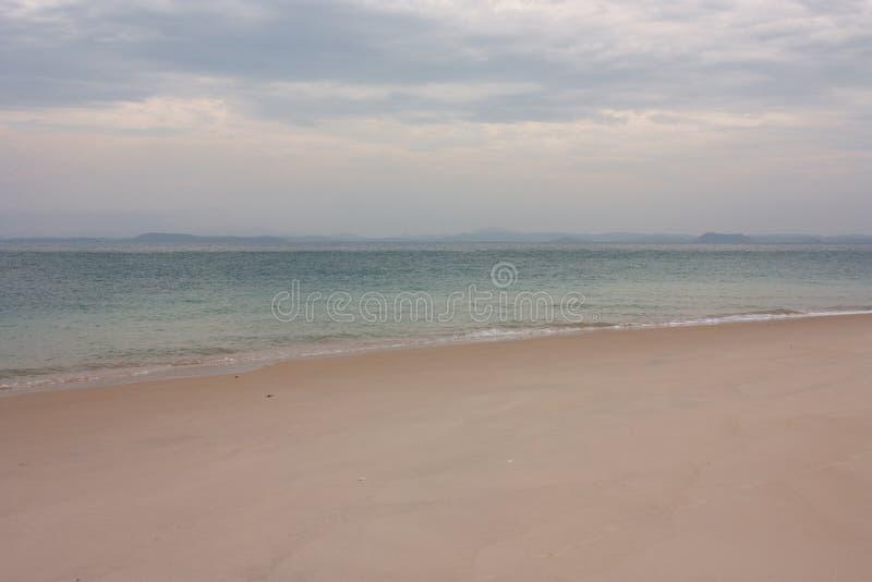 Una playa en la gran isla de Keppel en el trópico del área del Capricornio en el Queensland central en Australia fotos de archivo libres de regalías