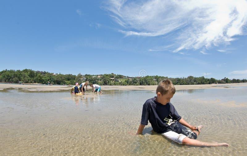 una playa hacia fuera dejada niño del muchacho @ imagen de archivo