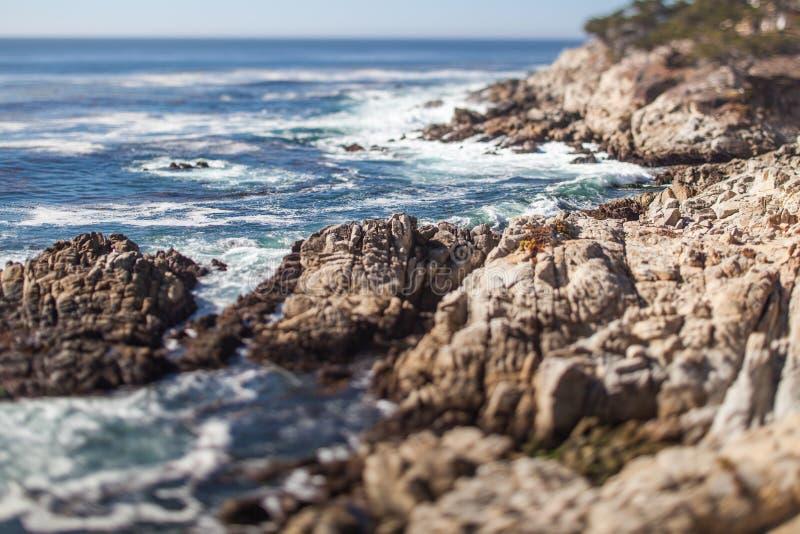 Una playa rocosa escénica a través de Pebble Beach y de la arboleda pacífica en la península de Monterey en California imagen de archivo