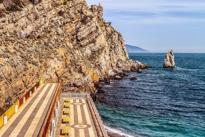 Una playa vieja abandonada en el pueblo de Gaspra, Yalta Una hermosa vista de la vela de la roca - una señal foto de archivo libre de regalías