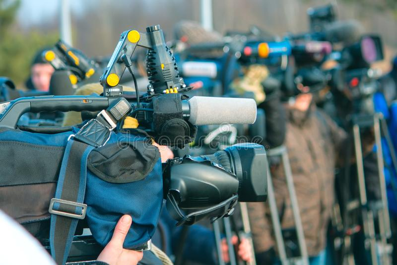 Una política da una entrevista a los medios de noticias foto de archivo libre de regalías