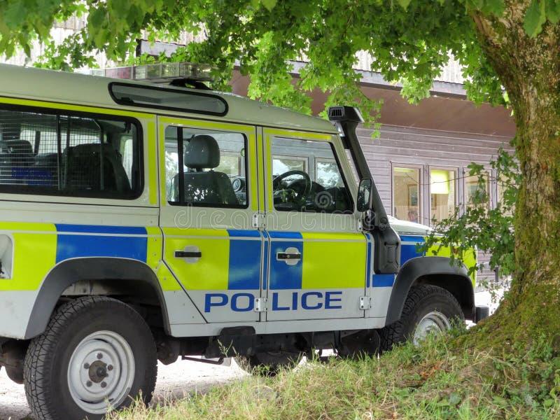Una policía británica Land Rover que se sienta cerca del lago Wimbleball imagenes de archivo