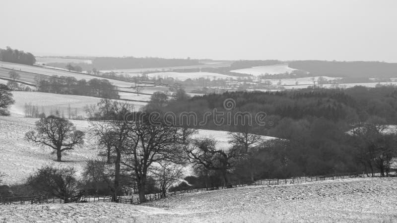 Una polvoreda ligera en nieve miente en las laderas apenas fuera de Leicester imagen de archivo