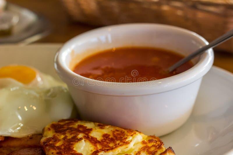 Una porción de habas y de queso de Hallumi, un desayuno lleno Bake mientras que el día de fiesta para las aventuras del día fotografía de archivo