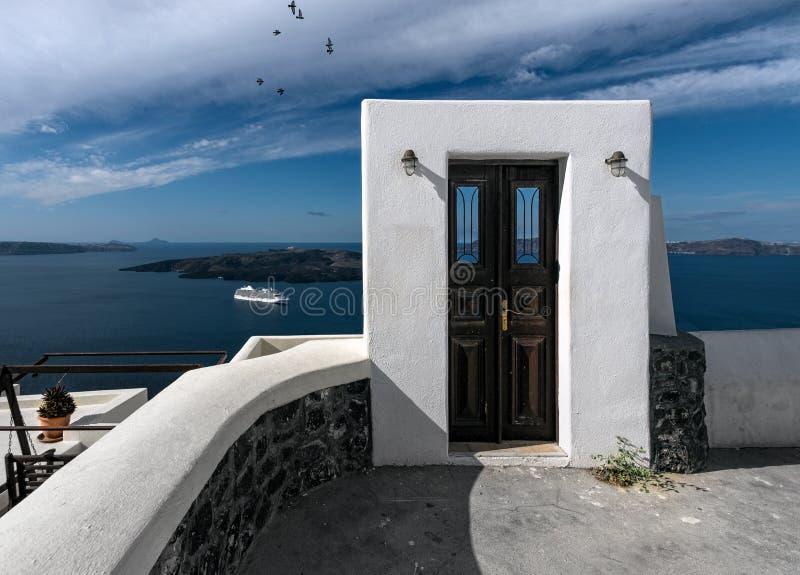 Una porta ad in nessun posto Santorini La Grecia fotografia stock libera da diritti