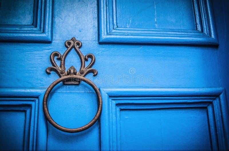 Una porta blu fotografia stock