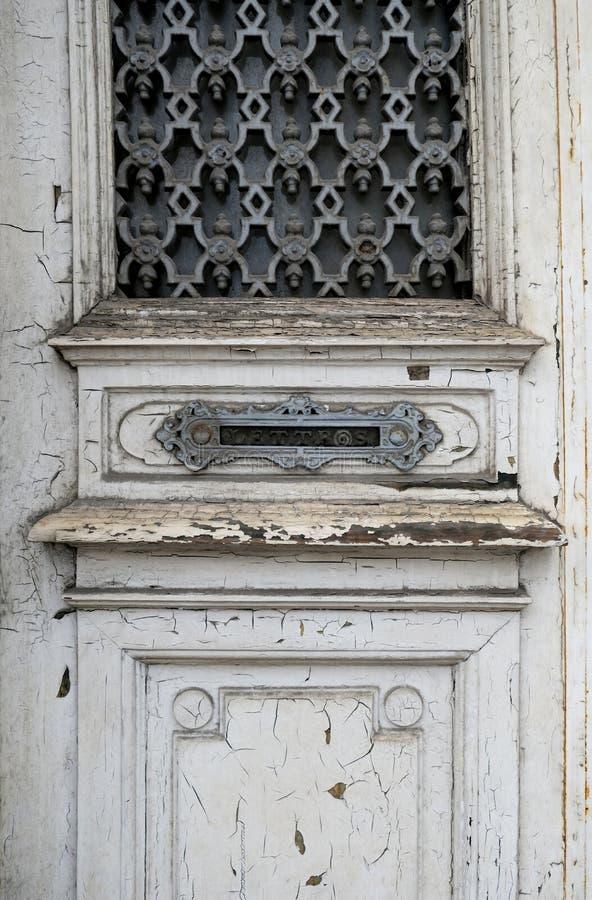 Una porta di legno bianco testato a Bruxelles, Belgio immagine stock libera da diritti