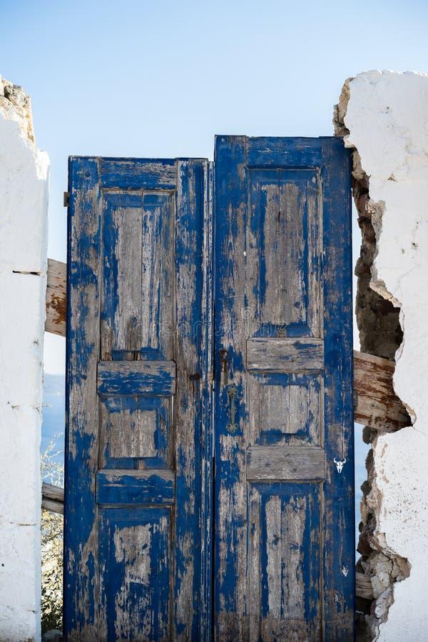Una porta di legno blu dal lato della via immagini stock