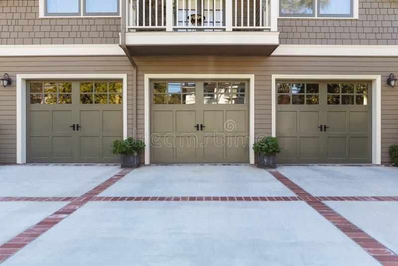 Una porta di tre garage con le finestre fotografia stock libera da diritti