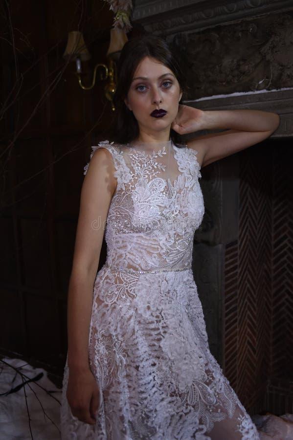 Una posa di modello durante la vetrina di Claire Pettibone Four Seasons Collection fotografia stock