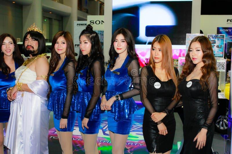 Una posa femminile non identificata del relatore nel salone dell'automobile internazionale di Bangkok 2017 immagine stock