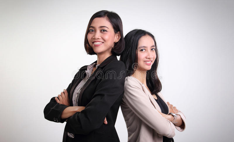 Una posa femminile sicura di due professionisti fotografia stock