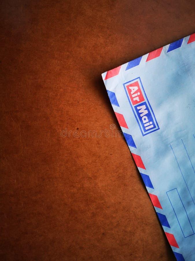 Una posta aerea d'annata della busta con fondo di legno immagine stock