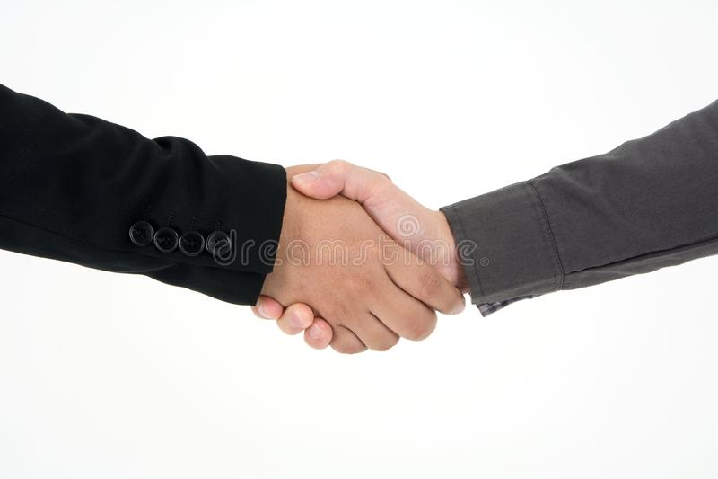 Una posta di due uomini d'affari per stringere mano per celebrare successo isolato su fondo bianco fotografia stock