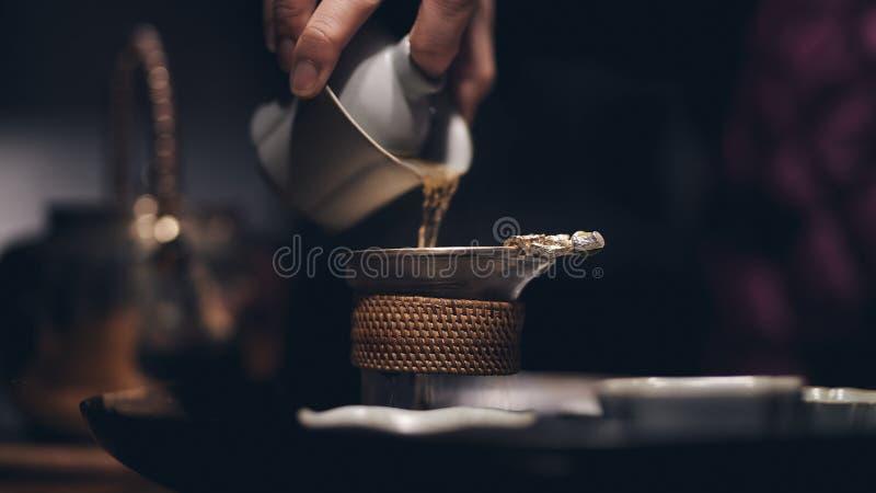 Una pratica tradizionale di versamento del tè cinese immagine stock libera da diritti