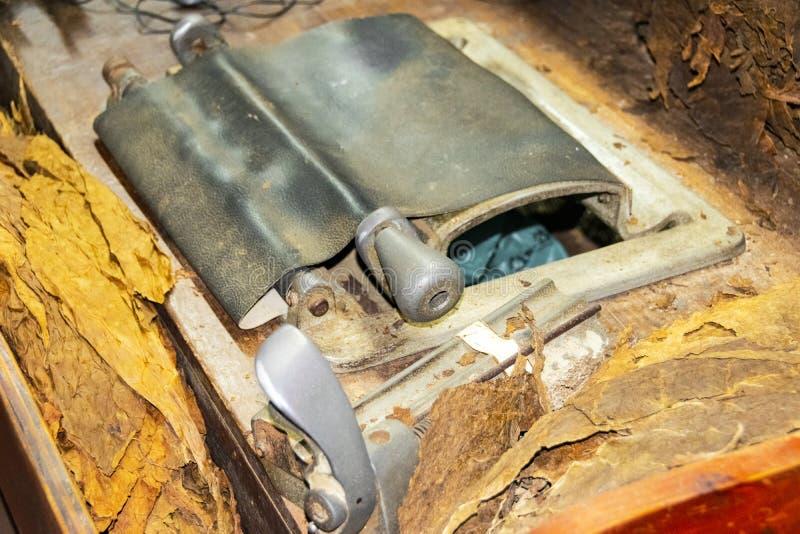 Una prensa de batir del cigarro dentro de una fábrica del cigarro Fabricación tradicional de cigarros en la fábrica del tabaco Fa fotos de archivo