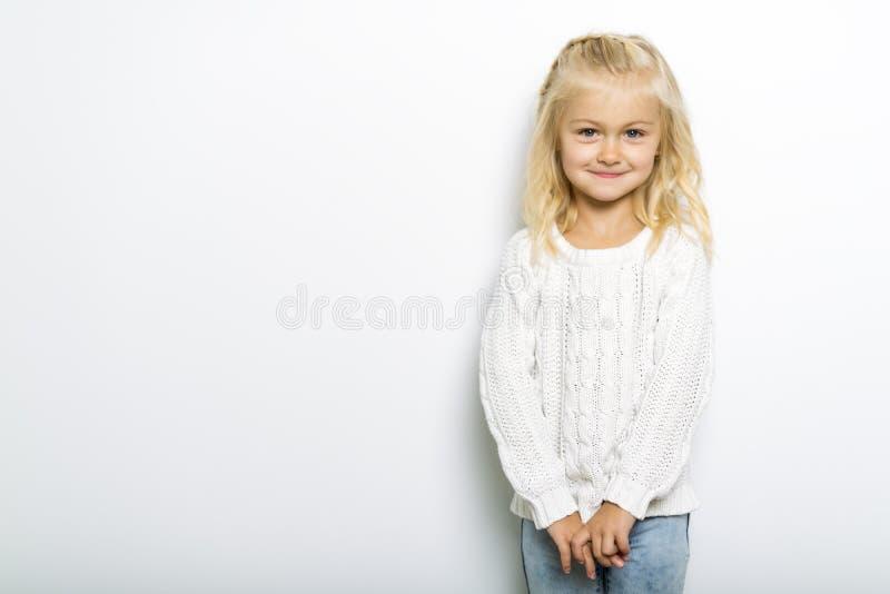 Una presentación de 5 años de la muchacha linda en estudio foto de archivo