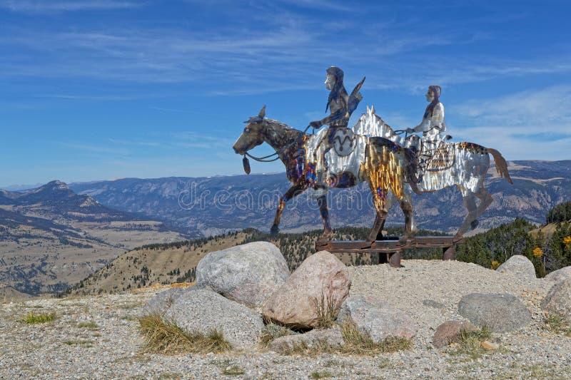Una progettazione di due indiani sui cavalli in montagne del Montana fotografie stock