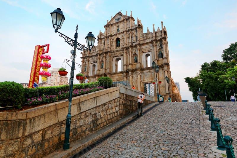 Una 'promenade' ascendente que lleva a las ruinas de la iglesia de San Pablo en el centro histórico de Macao, China foto de archivo