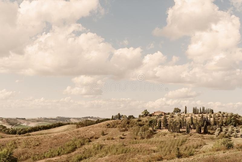 Una proprietà della Toscana - paese nella Rolling Hills sopra Buonconvento fotografia stock libera da diritti